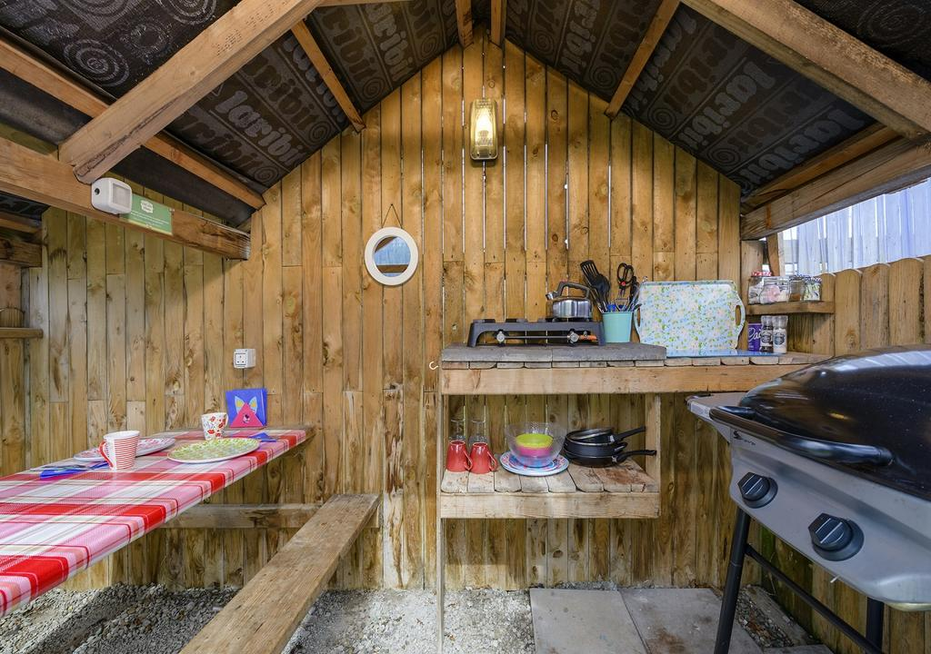 Killarney Glamping at the Grove, Suites and Lodges bbq and seating area
